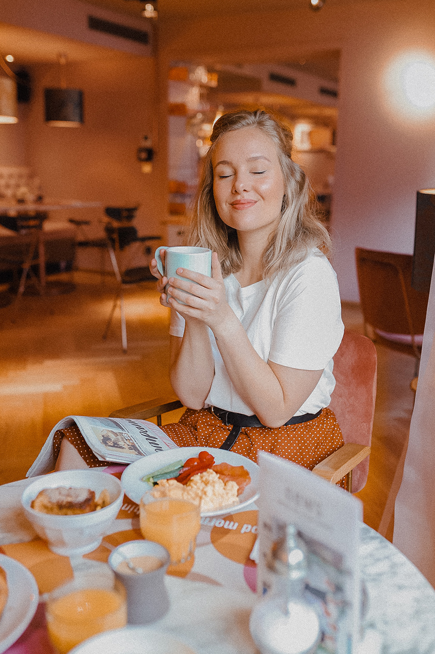 Dutch blogger Sarah Witpeerd at the 25 hours hotel Terminus Nord in Paris at breakfast