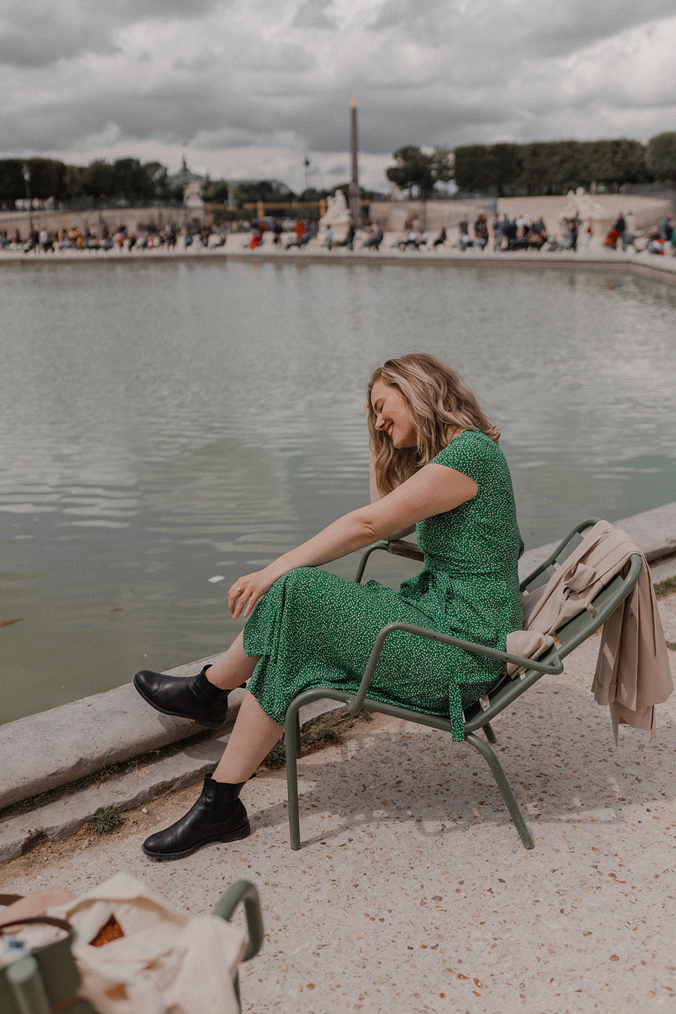 Blogger Sarah Witpeerd at the fountain of Jardin de Tuleries