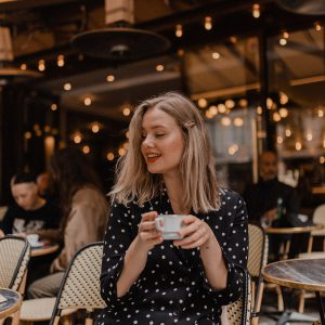 Blogger Sarah Witpeerd sitting at a Parisian cafe