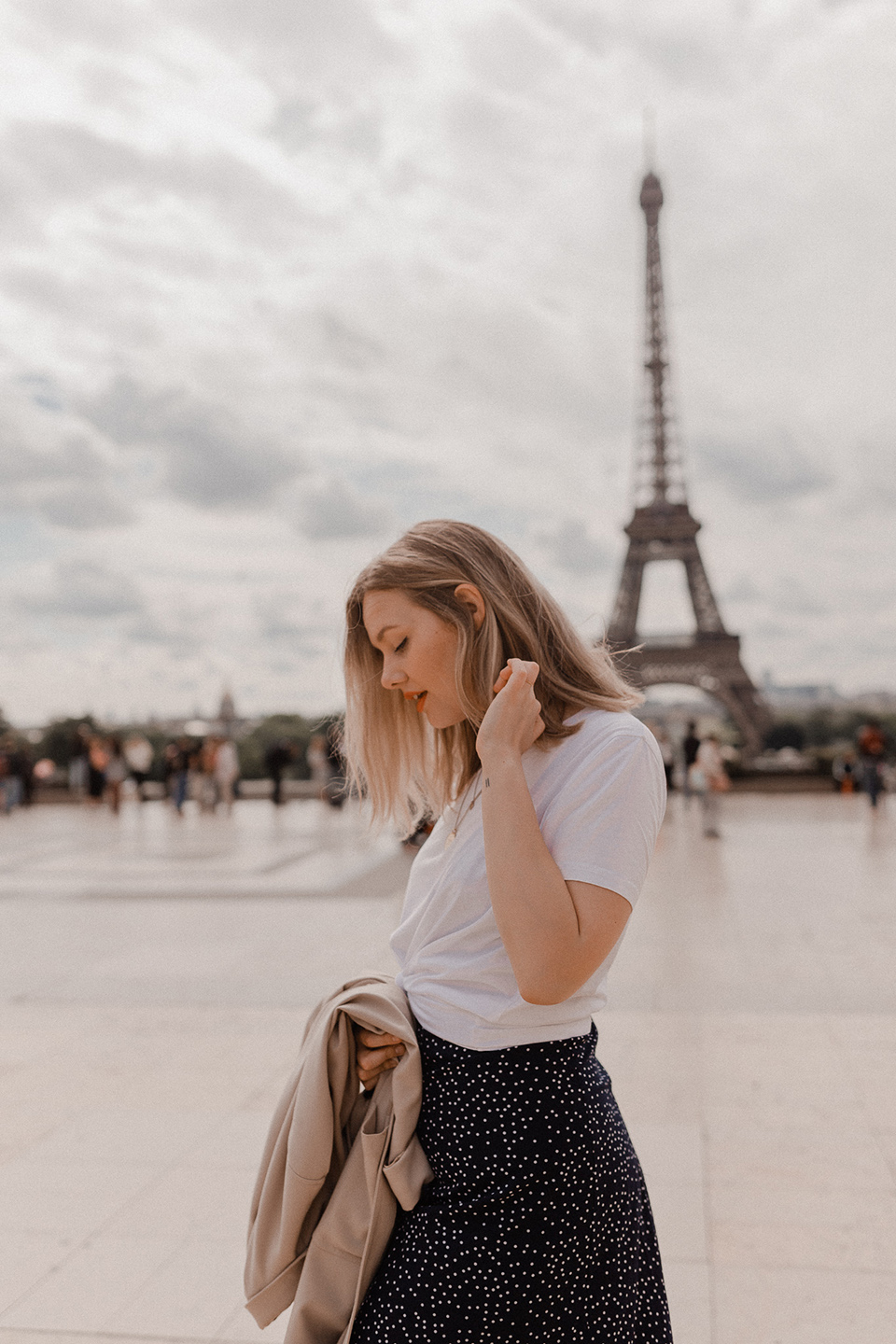 Blogger Sarah Witpeerd at Trocadero square in front of the Eiffel Tower in Paris
